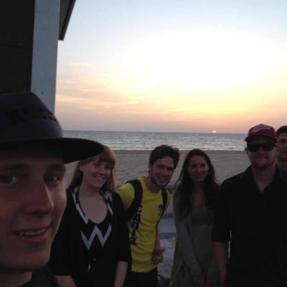 Onnelliset reissaajat Cadizin rannalla.